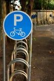 Estacionamiento de la bicicleta en el jardín Fotos de archivo libres de regalías