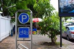 Estacionamiento de la bicicleta en el pavimento Fotografía de archivo libre de regalías