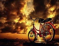 Estacionamiento de la bicicleta en la mañana nublada