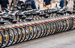 Estacionamiento de la bicicleta en las calles de París Fotografía de archivo