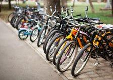 Estacionamiento de la bicicleta en un parque p?blico fotografía de archivo