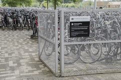 Estacionamiento de la bicicleta en la universidad de Amsterdam en el parque tecnológico Amsterdam el 2018 holandés imágenes de archivo libres de regalías