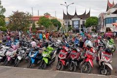 Estacionamiento de la moto en la calle Fotografía de archivo libre de regalías
