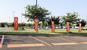 Estacionamiento de la recogida del ultramarinos de Walmart Fotografía de archivo