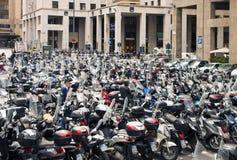 Estacionamiento de la vespa y de la moto del aire abierto en Génova, Italia Imagen de archivo libre de regalías