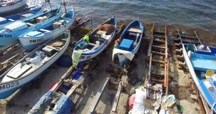 Estacionamiento de los barcos de pesca en Pomorie de la altura del vuelo de gaviotas, Bulgaria metrajes