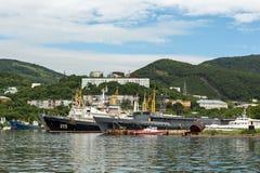 Estacionamiento de los buques del mar en la bahía de Avacha de la península de Kamchatka Foto de archivo libre de regalías