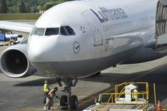 Estacionamiento de Lufthansa Airbus A330-300 en la puerta Imágenes de archivo libres de regalías