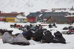 Estacionamiento de motos de nieve en Longyearbyen, Spitsbergen (Svalbard) Imágenes de archivo libres de regalías