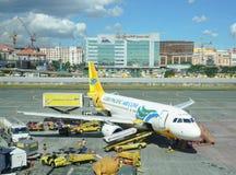 Estacionamiento del aeroplano de Cebu Pacific en el aeropuerto de Manila Foto de archivo