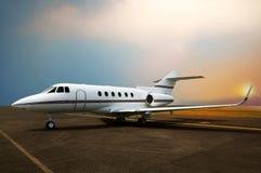 Estacionamiento del aeroplano del jet privado en el aeropuerto fotos de archivo