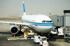 Estacionamiento del aeroplano en la puerta Foto de archivo libre de regalías