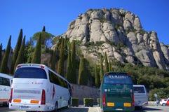 Estacionamiento del autobús en la montaña de Montserrat, España Foto de archivo