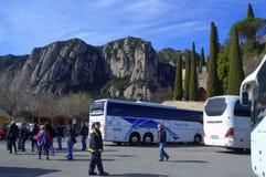 Estacionamiento del autobús en la montaña de Montserrat, España Fotos de archivo