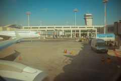 Estacionamiento del avión comercial de la línea aérea de Air France y nea de las pistas del cargo fotografía de archivo