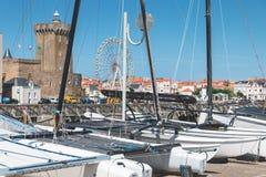 Estacionamiento del barco en el puerto de los Sables d Olonne imagenes de archivo