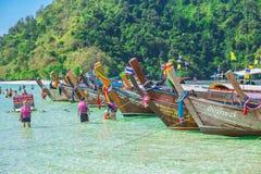 Estacionamiento del barco turístico en el funcionario de la isla del paraíso de la playa del maya que ningún horario cerrado no a foto de archivo libre de regalías