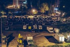 Estacionamiento del coche al aire libre con los vehículos autos en la noche en ciudad Imágenes de archivo libres de regalías
