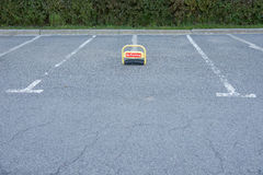 Estacionamiento del coche con la marca blanca Fotografía de archivo libre de regalías