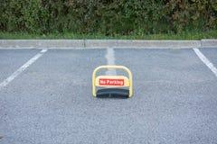 Estacionamiento del coche con la marca blanca Imagen de archivo libre de regalías