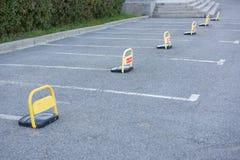 Estacionamiento del coche con la marca blanca Fotos de archivo