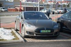 Estacionamiento del coche de Tesla en estacionamiento en Parndorf, Austria imagen de archivo libre de regalías