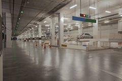 Estacionamiento del coche disponible en el edificio lateral del carpark con rojo y Fotos de archivo