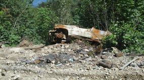 Estacionamiento del coche en bosque Fotos de archivo
