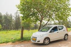 Estacionamiento del coche en el paisaje de la naturaleza Fotos de archivo