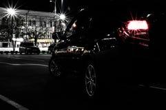 Estacionamiento del coche en la noche, vista posterior fotografía de archivo