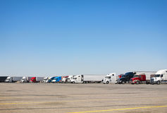 Estacionamiento del Semi-camión imagenes de archivo