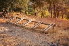 Estacionamiento del soporte de la bicicleta de la madera en naturaleza Fotos de archivo libres de regalías