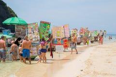 Estacionamiento del vendedor de la tienda del barco de la comida en el funcionario de la isla del paraíso de la playa del maya qu imagen de archivo