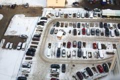 Estacionamiento guardado con muchos coches en invierno foto de archivo