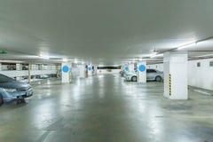 Estacionamiento interior interior del parking con el coche y del estacionamiento vacante en el edificio del estacionamiento fotos de archivo libres de regalías