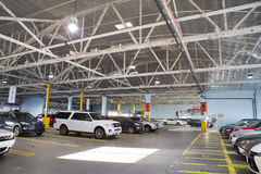 Estacionamiento interior/garaje del coche fotos de archivo
