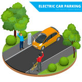 Estacionamiento isométrico del coche eléctrico, coche electrónico Concepto ecológico Mundo verde amistoso de Eco Vector plano 3d  Fotografía de archivo