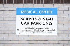 Estacionamiento médico de la muestra del aparcamiento del hospital para el personal y los pacientes solamente fotografía de archivo