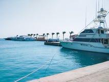 Estacionamiento marino de yates y de barcos hermosos en el agua tranquila clara en Egipto Concepto del recorrido y del turismo Fotografía de archivo libre de regalías