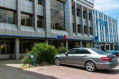 Estacionamiento Mercedes Benz E 220 delante del banco del palo de Bcr Fotografía de archivo libre de regalías
