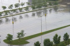 Estacionamiento mojado vacío en verano Fotografía de archivo libre de regalías