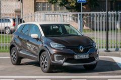 Estacionamiento negro de la cruce del Subcompact de Renault Kaptur Car Is The del color en calle imagenes de archivo