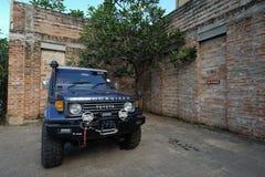 Estacionamiento privado del coche de SUV en una casa del ladrillo Imagenes de archivo