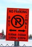 Estacionamiento prohibido en muestra de la zona de la escuela del autobús con horas aplicables foto de archivo