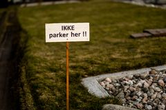 Estacionamiento prohibido Sandefjord, Vestfold, Noruega - estropea 2019: monumento para los marineros delante del sjøman de la i foto de archivo libre de regalías