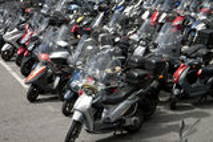 Estacionamiento regular de la vespa en centro de ciudad Fotos de archivo