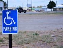 Estacionamiento reservado para perjudicado solamente Imagen de archivo libre de regalías