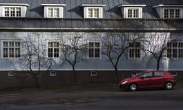 Estacionamiento rojo de Peugeot Fotografía de archivo libre de regalías