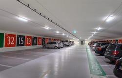 Estacionamiento subterráneo con la entrada a un casino publicado como ruleta Foto de archivo