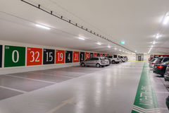 Estacionamiento subterráneo con una entrada a un casino publicado como ruleta Fotos de archivo